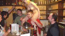 Goła piękna czeska dziewczyna robi striptiz