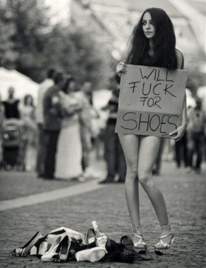 Niemoralna propozycja gołej dziewczyny trzymającej baner. Fajna laska chce się pieprzyć za buty