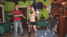 Nagi taniec na rurze w barze. Goła striptizerka robi erotyczny pokaz dla jubilata