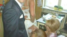 Dobre obciąganie fiuta panu młodemu przez ciocię ma go odprężyć przed ślubem. Takie ostatnie poprawki to ja rozumiem