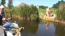 Przyłapani na seksie kochankowie ruchają się nad jeziorkiem. Niewinny wypad na ryby z małym przypałem
