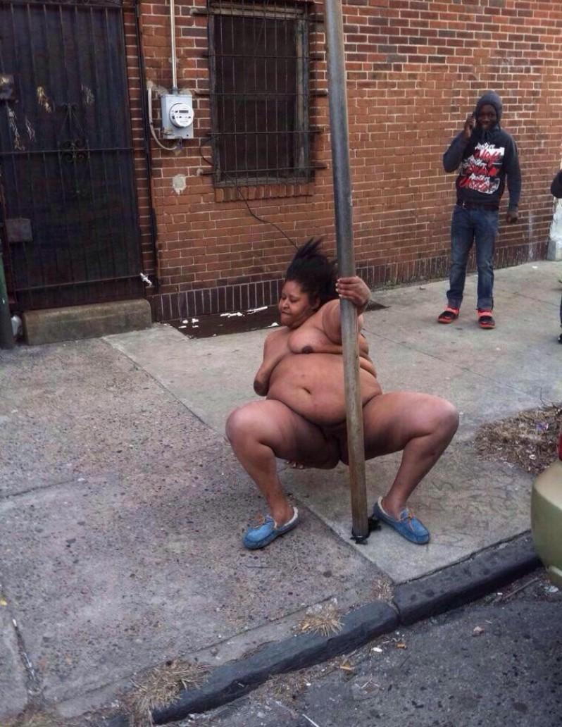 Prawdziwa striptizerka jest w stanie zatańczyć nawet na ulicy. Naga pani daje czadu w biały dzień