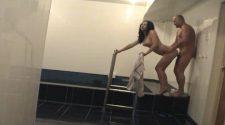 Mocne ruchanie na basenie w wykonaniu ruskiej pary amatorów. Czarnowłosa Rosjanka ma małe cycki i kocha zabawę na basenie. Para czerpie mnóstwo przyjemności z seksu