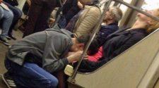 Chłopak robi minetę w metrze. Publiczny transport jest pełen przedziwnych scen