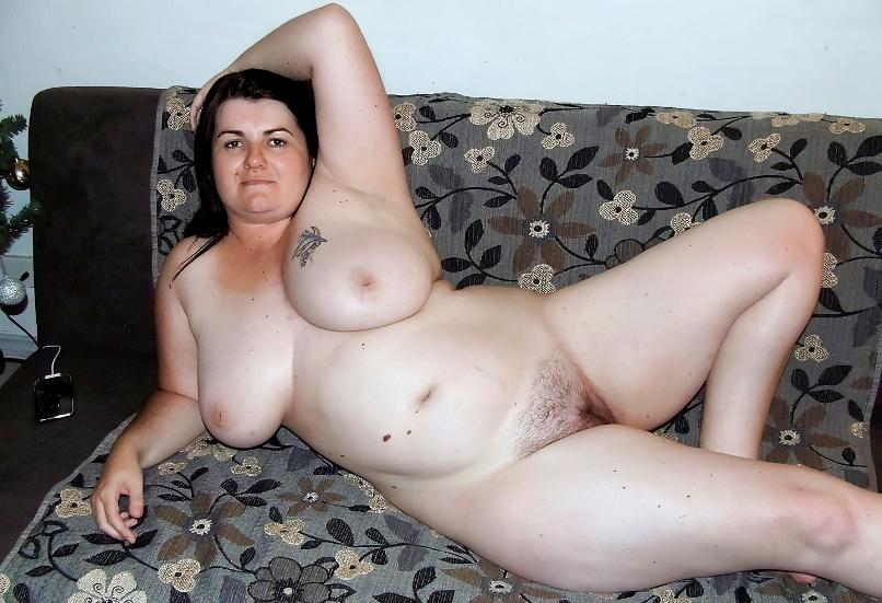 Naga puszysta kobieta z dużymi cyckami pozuje erotycznie przed obiektywem aparatu. Pulchne kobietki nago bez żadnej cenzury
