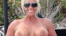 Dojrzała blondyneczka ma idealnie duże piersi. Piękne stare kobiety nago potrafią być niezwykle erotyczne