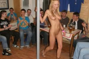 Striptiz gorącej blondynki podoba się wszystkim facetom