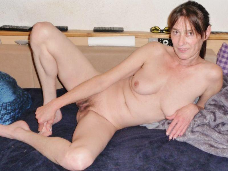 Prywatne zdjęcia dojrzałej amatorki bez żadnej cenzury. Polska mamuśka nago zalotnie pozuje do erotycznych fotek