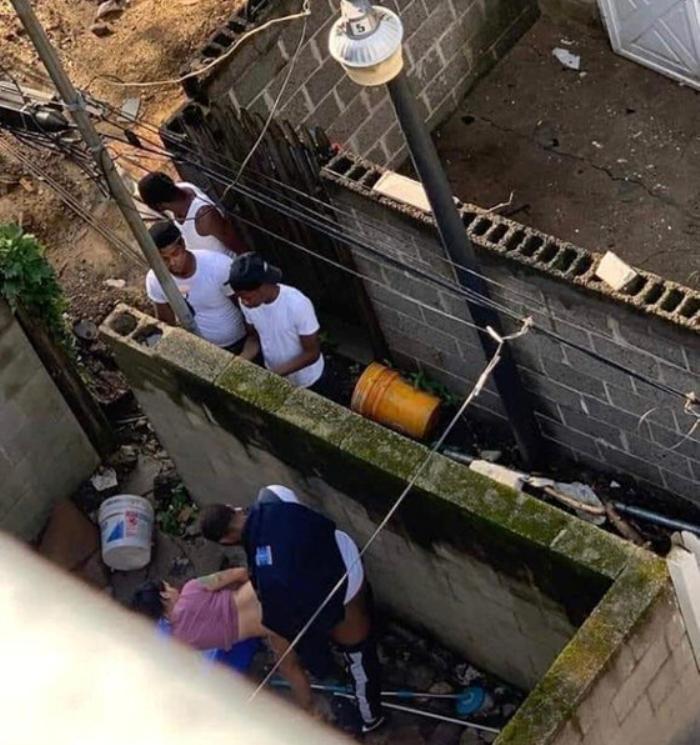 rupa chłopaków na osiedlu znalazła sobie odpowiednią miejscówkę do ruchania. Kumple czekają na swoją kolejkę do bzykania