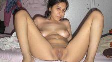 Goła Hinduska rozkłada nóżki i prezentuje wypiętą cipkę leżąc na łóżku. Piękna kobieta z Indii w erotycznej pozie