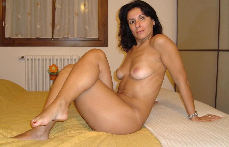 Dojrzała mamuśka nago pozuje erotycznie w sypialni. Starsze panie nago zawsze rozbudzają męskie zmysły
