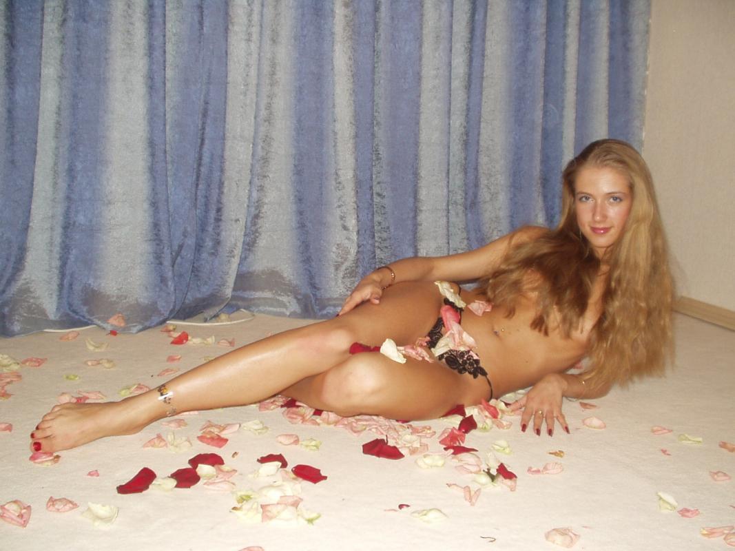 Gorąca laska w bardzo erotycznym wydaniu pozuje w samych majtkach. Śliczna laska kusi idealnym ciałkiem