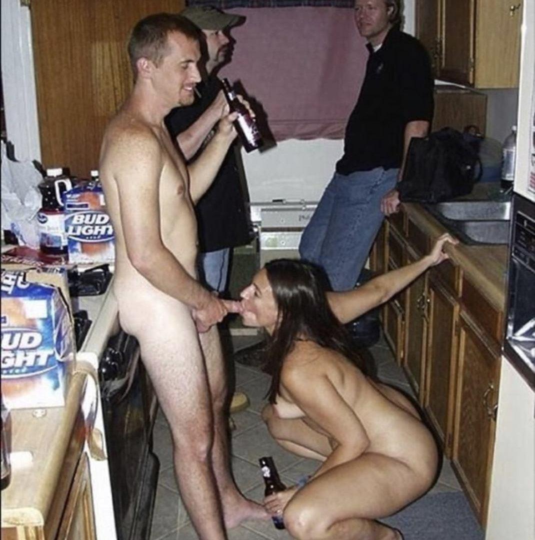 Obciąganie w kuchni w przerwie meczu. Obciąganie na imprezie z kumplami to mała przegina