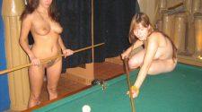 Piękne nagie kobiety podczas gry w bilard. Dojrzałe nago są niezwykle sexy