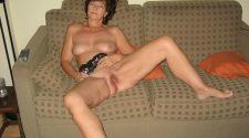 Babcia nago eksponuje wdzięki na kanapie. Nagie babcie zupełnie za darmo