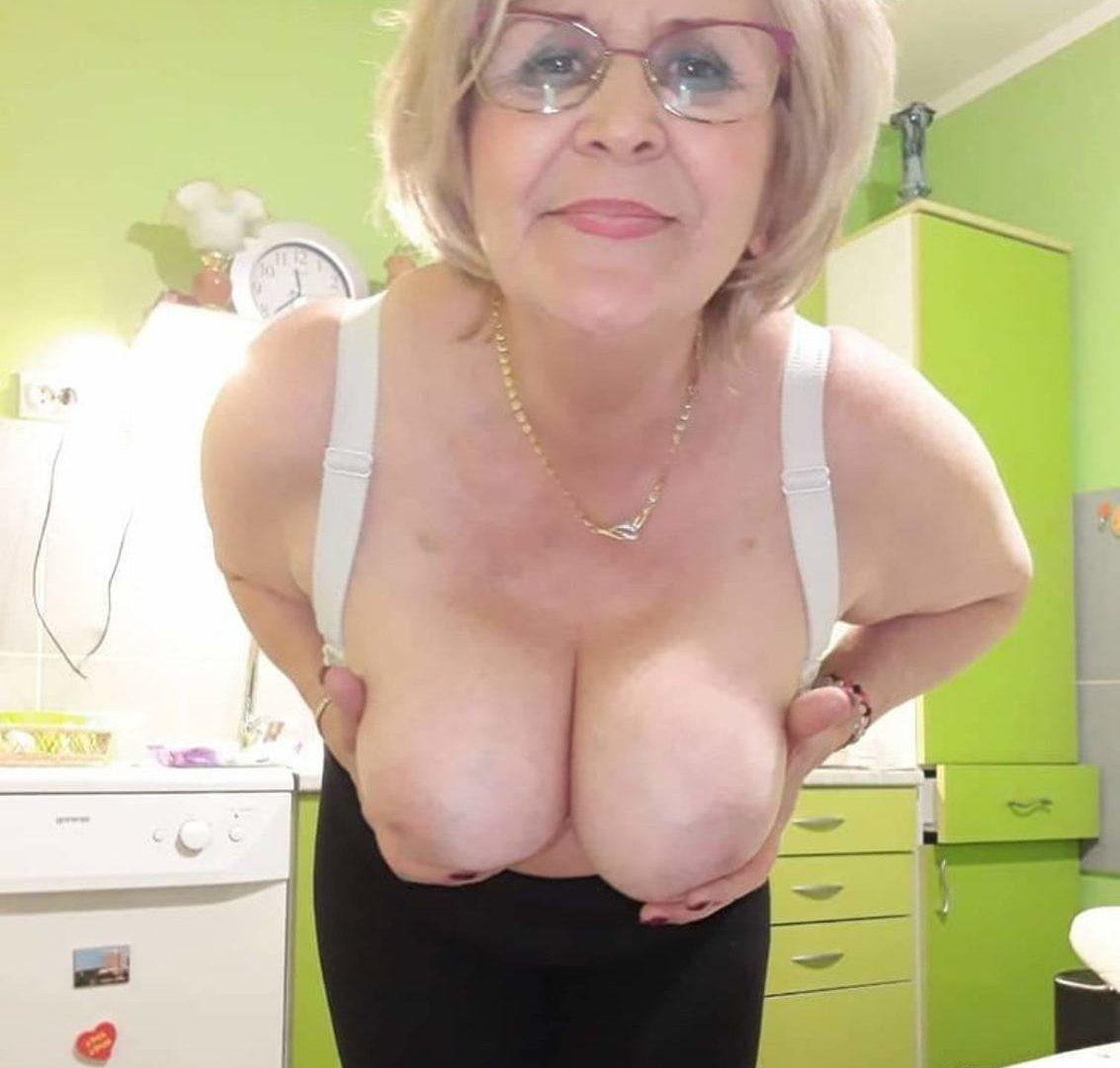 Babcia nago pokazuje duże cycki. Sexy staruszka bez stanika eksponuje obfity biust