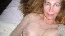 Mamuśka nago z ładnym biustem pstryka nudesa. Ładna dojrzała amatorka kusi nas fajnymi cyckami