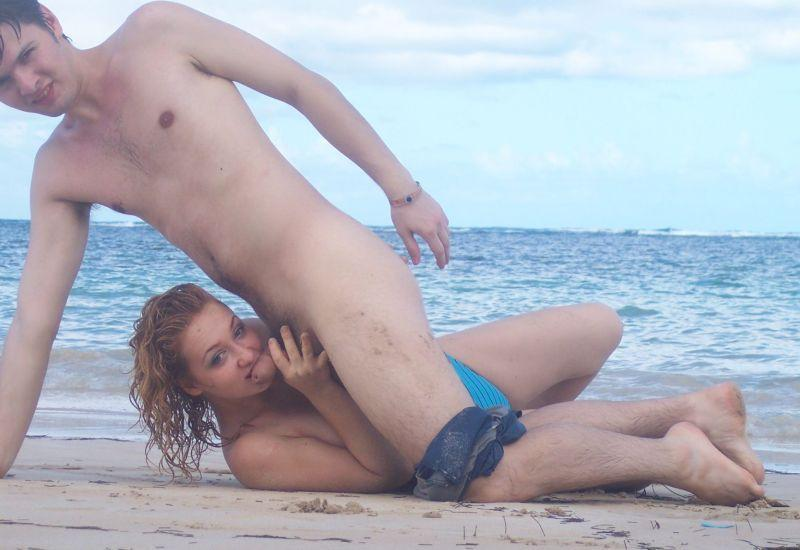 Ostre lizanie pały na dzikiej plaży. Śliczna, mała, amatorska obciągara pokazuje swoje umiejętności obciągania na seks zdjęciach