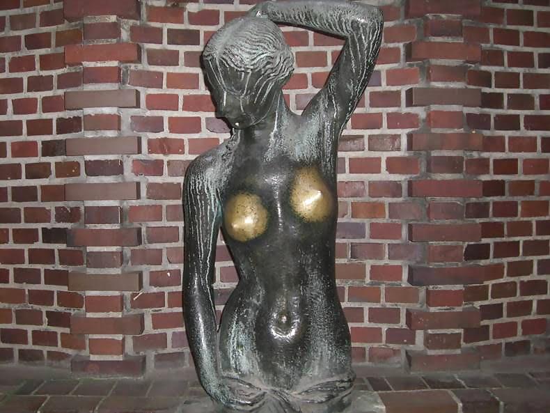 Cycki rzeźby są macane nagminnie