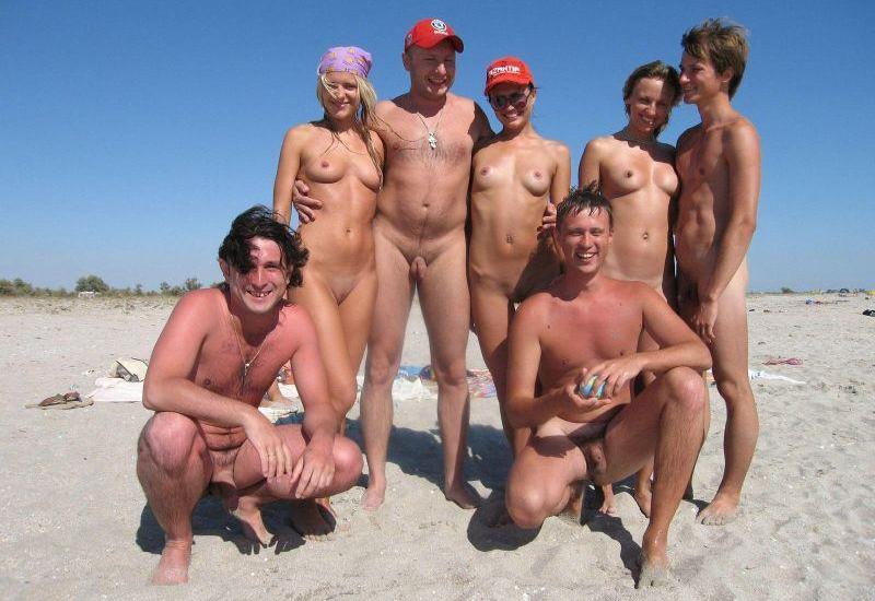 Dziewczyny nago na plaży nie wstydzą się chwalić cyckami i fajnymi cipkami. Nudysci pstryknęli sobie pamiątkowe zdjęcie