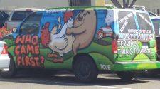 Jajko czy kura? Graffiti na samochodzie przedstawia jak co było pierwsze