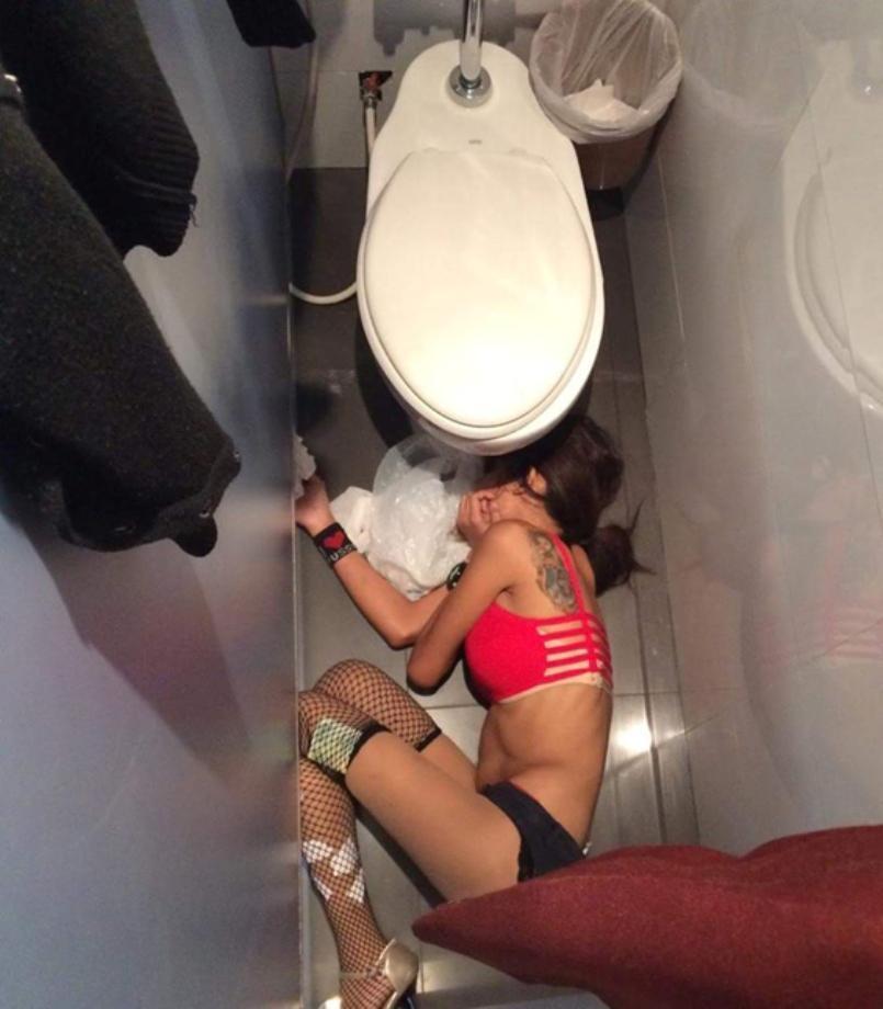 Najebana striptizerka tego wieczoru przesadziła z alkoholem w pracy przez co zakończyła zgonem w publicznej toalecie