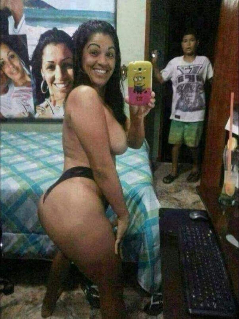 Mama nęci wielką dupą na zdjęciu selfie