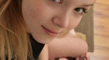 Słodka blondynka ma pieszczoną pieczarę