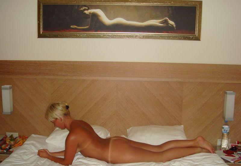Blond żonka ma seksi bladą dupcię robi erotyczny akt. Gorąca laseczka zdejmuje majteczki i wypina bladą dupeczkę