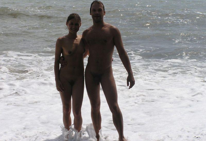 Rosyjska para nudystów dobrze się zabawia podczas urlopu. Amatorska para amatorów jest zupełnie naga podczas wypoczynku na plaży nudystów