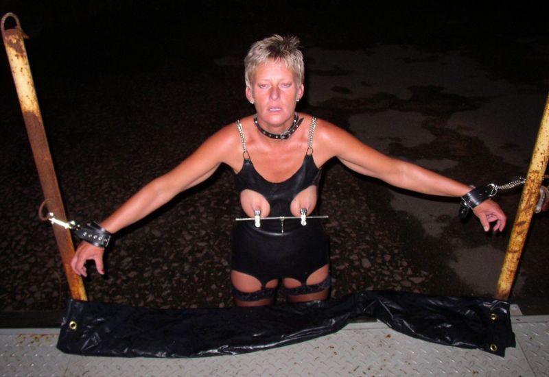 Jedynie seksualna niewolnica może preferować tak ostrą zabawę. Dojrzała kobieta uwielbia być zdominowana przez dzikiego mężczyznę