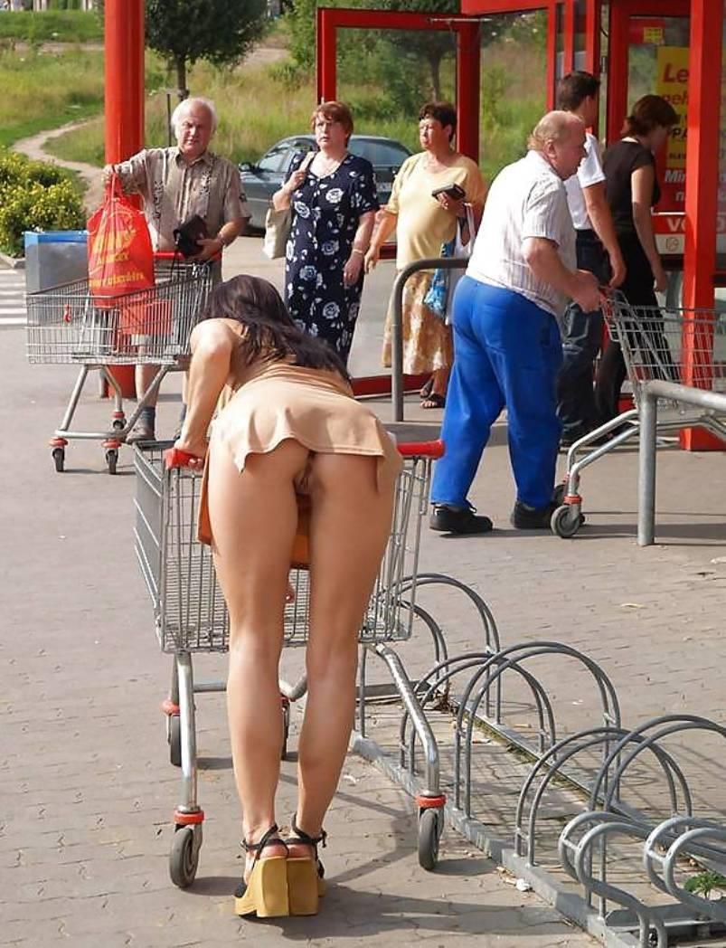 Fajna dupeczka bez majteczek pochylając się nad koszykiem zakupów odsłoniła co skrywa pod mini spódniczką